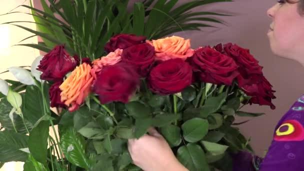 květinářství vyrábí kytice růží
