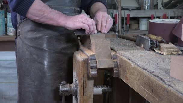 Schreiner arbeitet in seiner Werkstatt