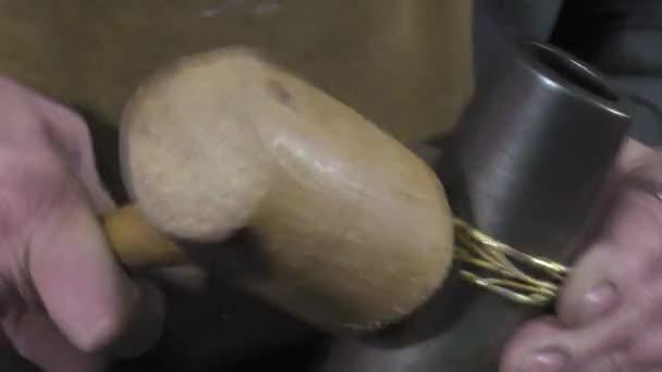 ein Handwerker-Juwelier erstellt eine Armband