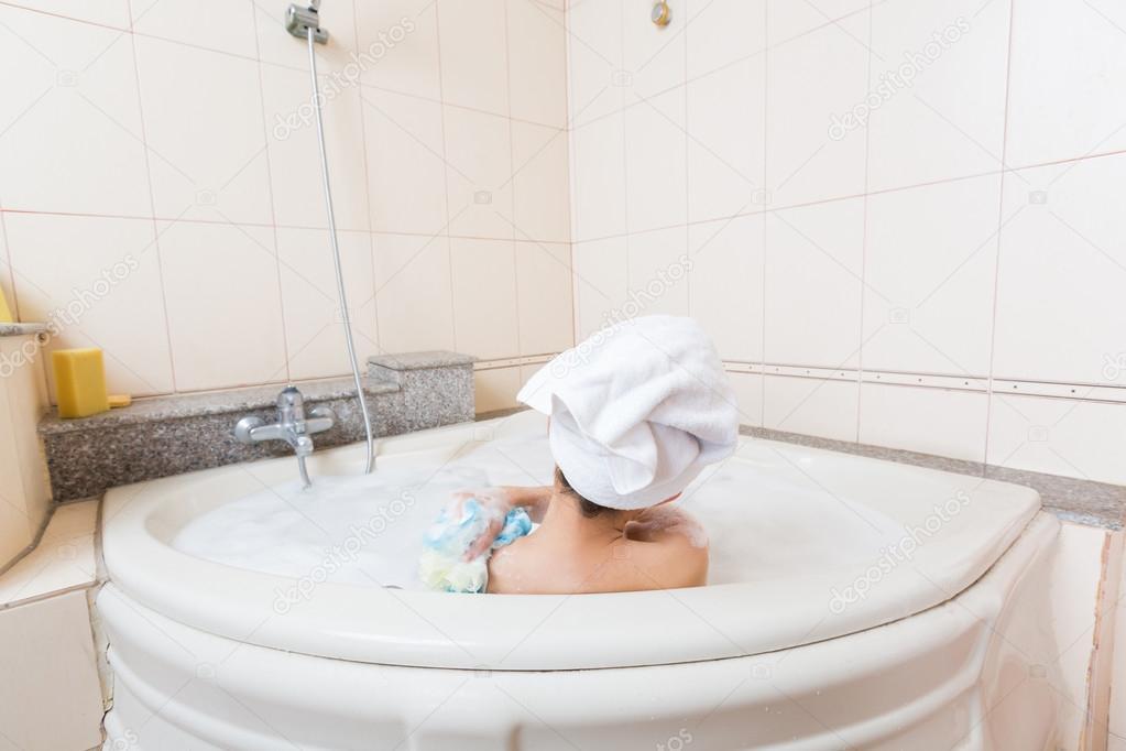 Majd a többi ruháját is lehámozta róla, s kidobta a zuhany alól, majd visszacsukta a.