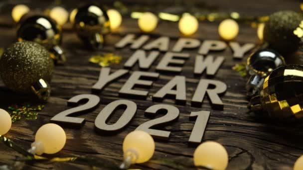 Új év 2021 egy fa asztalon. Újévi háttér a hangsúly megváltoztatásával.