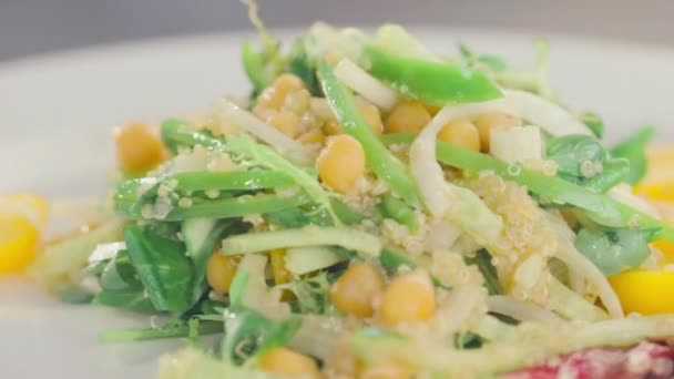 okurka, kukuřice, salát rajčata se otočí na talíři