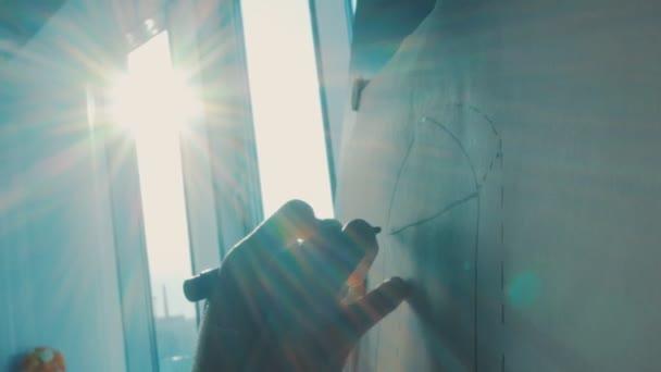 dívka se kreslí na stojanu v paprscích zapadajícího slunce