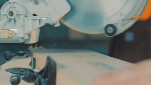 pracovník škrty deska s kotoučovou pilou