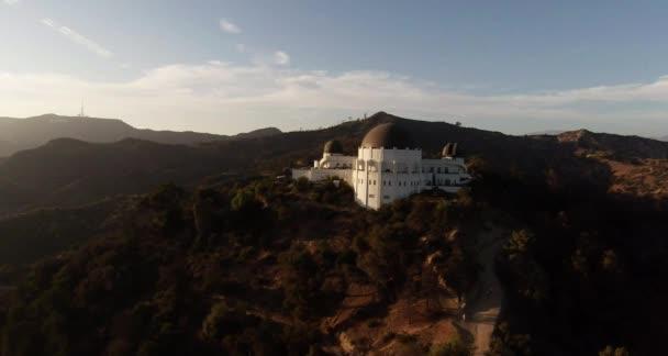 Teleskopickou anténu. Létání nad Griffith Observatory. Los Angeles, Kalifornie