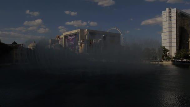 Steadicam záběr fontán Bellagio v Las Vegas s Paris Hotel na pozadí.