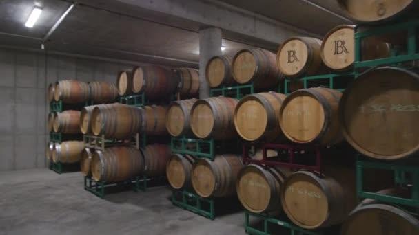 Steadicam sudy vína ve sklepě