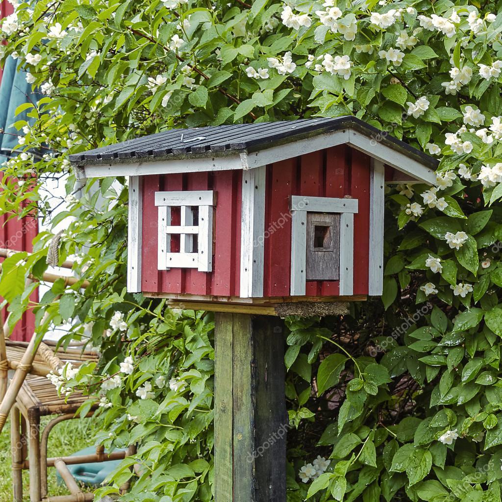 Cabane d 39 oiseaux en forme de maison rouge ocre en bois for Maison ocre