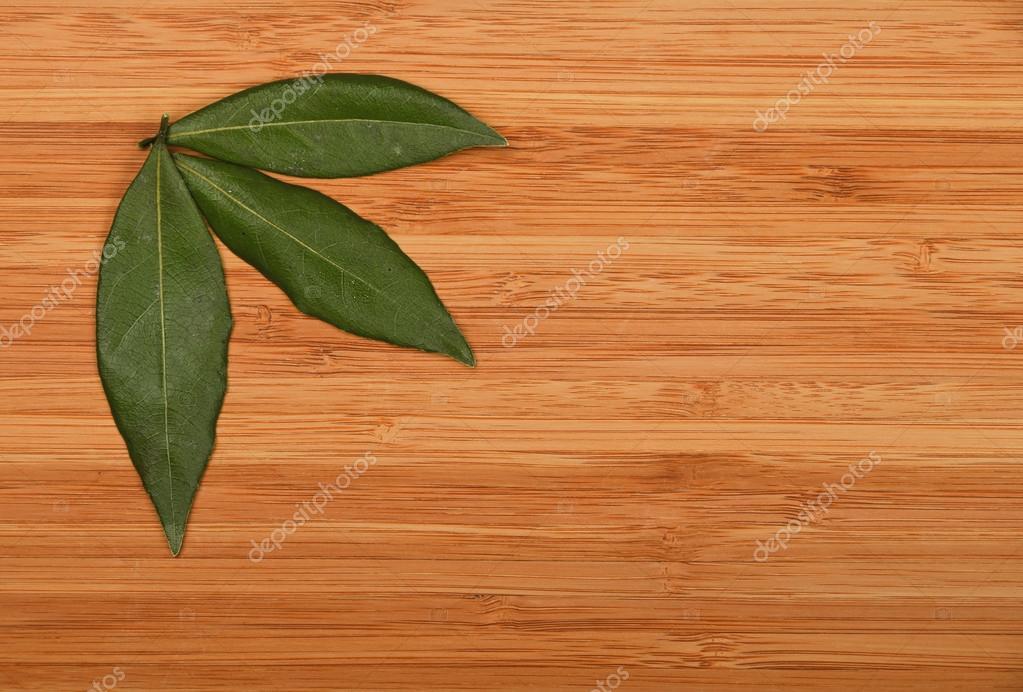 Drei Lorbeerblatter In Bambus Holzbrett Ecke Stockfoto