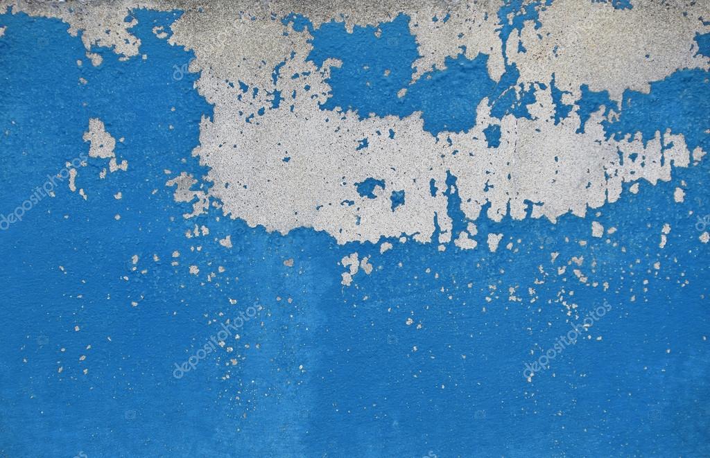 Vlokken blauwe van oude verf op grijze betonnen wand u stockfoto