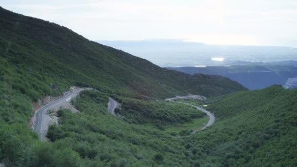 Široký záběr horské klikaté silnici