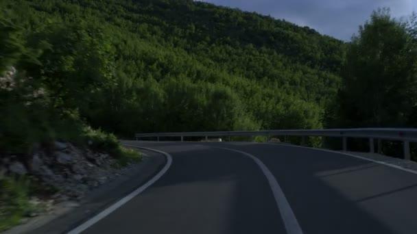 Projíždět horské klikaté silničce