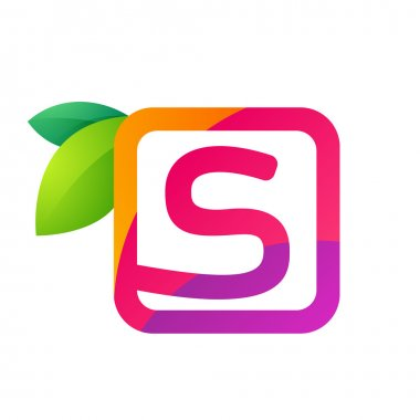 S letter in square with juice and green leaves.