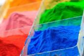 Den Haufen von Pulverbeschichtung in Kunststoff-Box, auf hölzernen Hintergrund