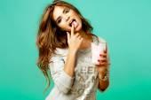 Glamour-Frau isst süße Süßigkeiten