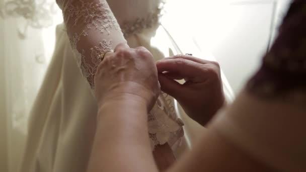 Ruha a menyasszony közelről. gombolódik gombok egy ruhát