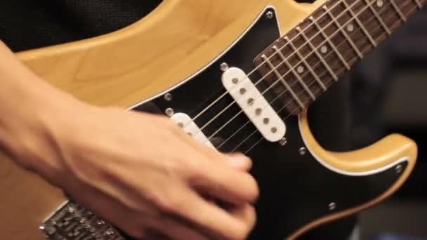 mladý muž hraje na elektrickou kytaru