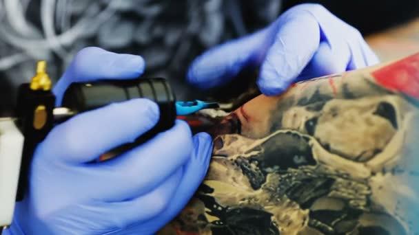Pohled na profesionální tetování mistra při práci
