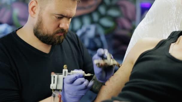 Tetováló mester a munkát
