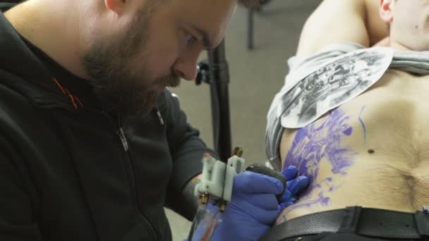 Kreativní master kreslí tetování