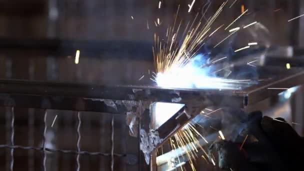 Svářeč svařovat kovové konstrukce švy