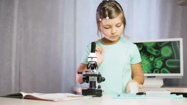 Ritratto bambina chimico che osserva in microscopio