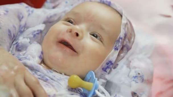 Portrét docela novorozeně v lázni