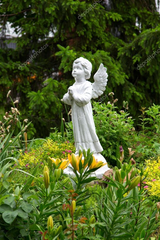 Engel Statue Im Garten Stockfoto Alexshyripa 104295476