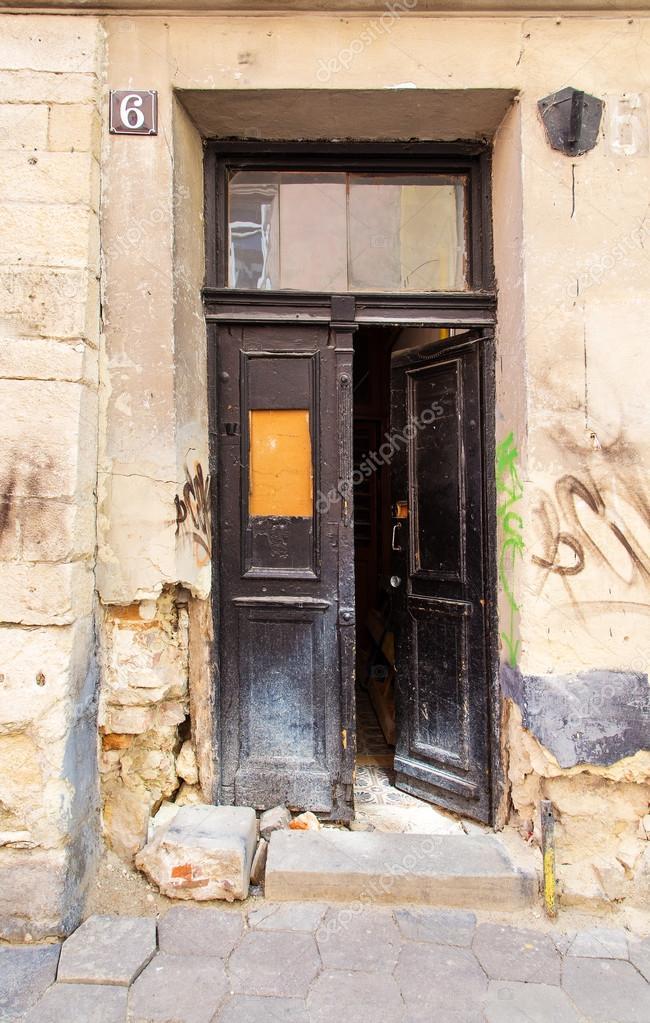 Alte schwarze offene Türen in die Einfahrt, gibt es Graffiti an den ...