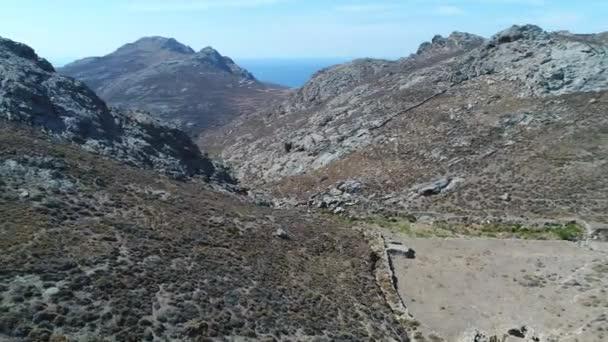 Vesnice Chora na ostrově Serifos v Kykladech v Řecku z oblohy