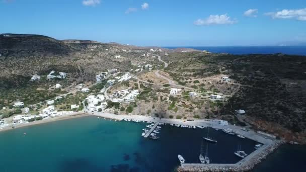 Village de Platis sur lîle de Sifnos dans les Cyclades en Grèce vue du ciel