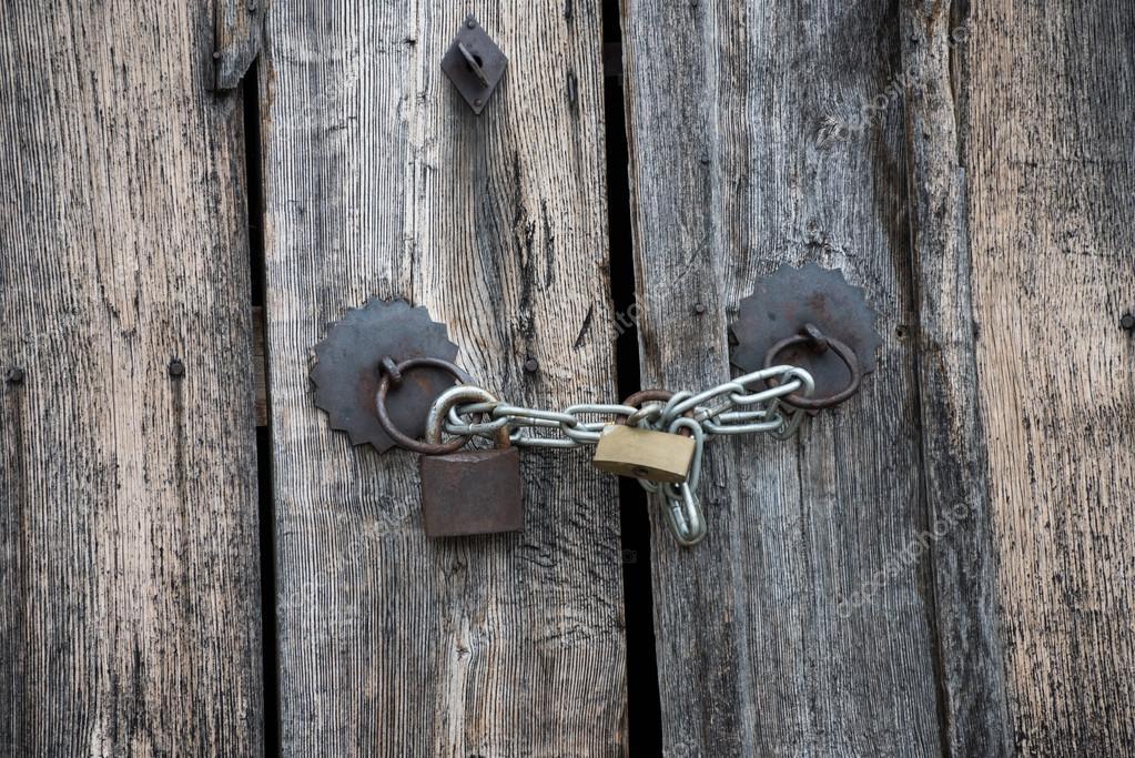 Candado y puertas antiguas de madera foto de stock for Aberturas antiguas de madera