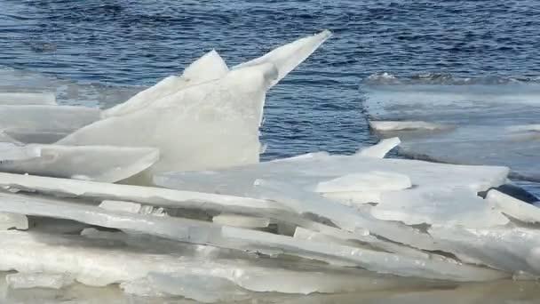 Eisdrift auf dem Fluss im März, sonniger Tag.