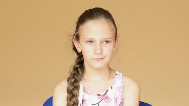Fiatal gyönyörű tizenéves lány egy mosollyal az arcán.
