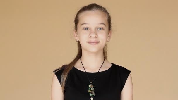 Krásná mladá dospívající dívka s překvapením a úžasem rozhlédne