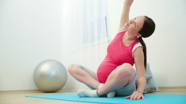 těhotná dívka meditovat
