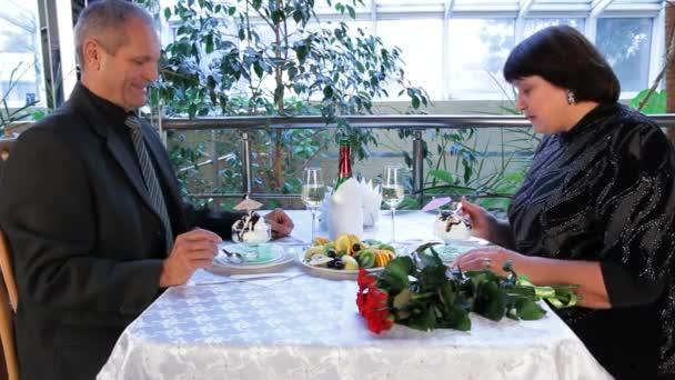 Starší muži a ženy jíst dezert v Cafe