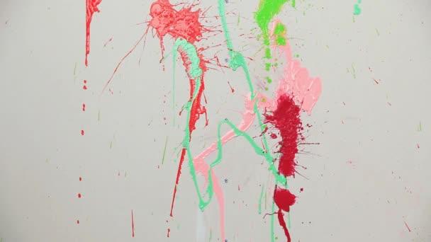Spray festék a különböző színek jelennek meg a falon