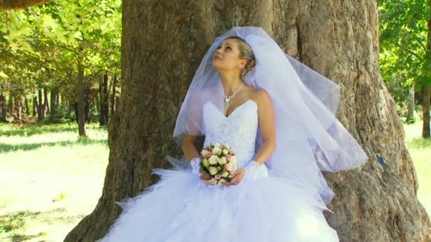 Menyasszony, illatos virágok, egy fa alatt