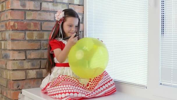 Dívka s balónky v okně