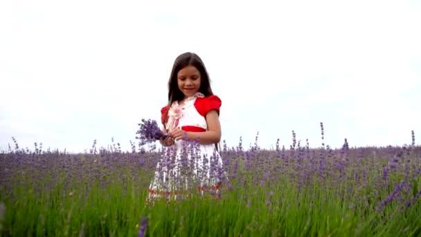 Žena dítě stojící v poli levandule