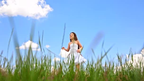 Šťastná dívka, která skočila na zelené louce