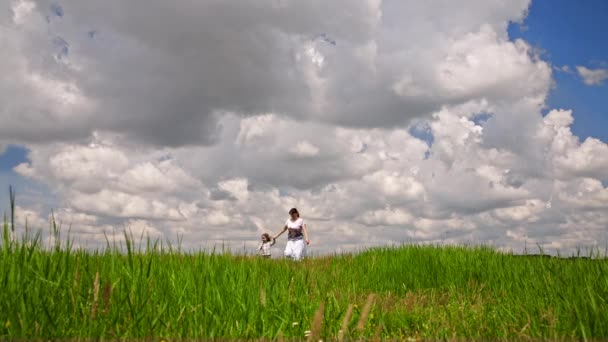 Šťastné matky a syna v zelené oblasti