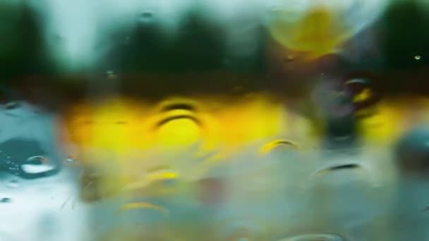 Kapky vody na skle během deště pozadí