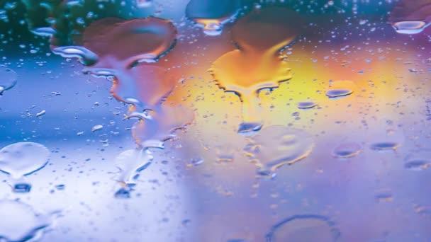 Esőcseppek folynak le a Car Glass-vihar