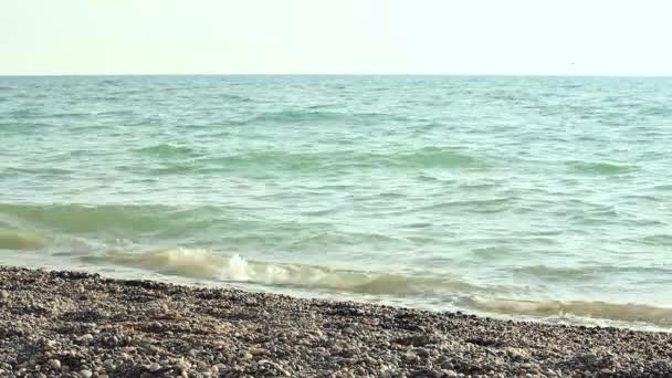 Mann und Frau In weißen Kleidern zu Fuß am Strand entlang
