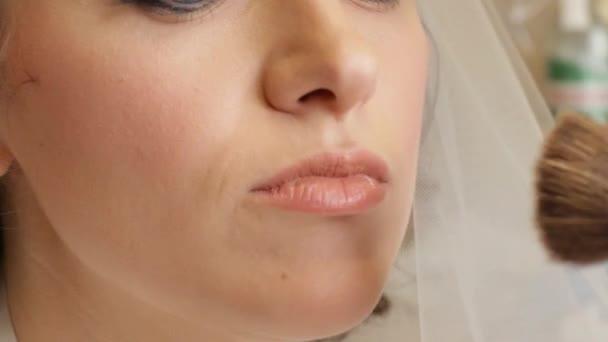 Dívka dělat svatební make-up