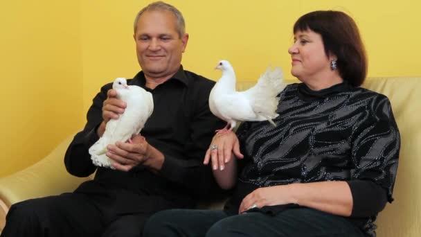 Starší pár a holubi