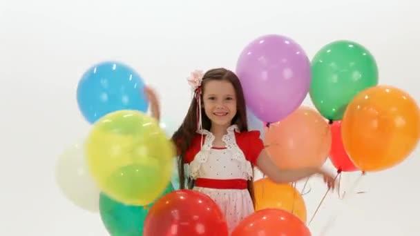 dívka si hraje s balónky