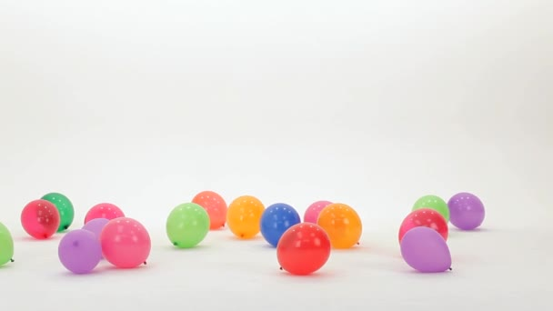 Holka kope balónky
